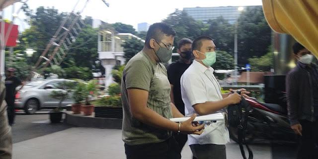 Ferdy Yuman, Tersangka Merintangi Penyidikan Kasus Eks Sekretaris MA Hanya Diam Dan Menunduk Saat Tiba Di KPK