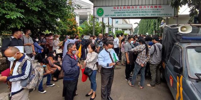 Jelang Sidang Tuntutan HRS, Kerumunan Kembali Terjadi Di Depan PN Jakarta Timur