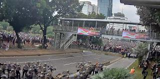 Demo PA 212 dkk Bubar, Tiba-tiba Ada Massa Lain Lempar Batu-Botol ke Polisi