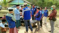 TAGANA Melawi saat menyalurkan bantuan dari berbagai pihak berupa makanan dan pakaian layak pakai ke pesantren Syaikh Zainuddin Nahdlatul Wathan. (Dedi Irawan)