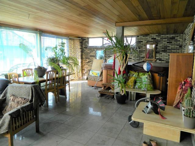 Zeer grote veranda die aansluit op de living met open keuken, en met zicht op het terras, de pergola en de tuin.