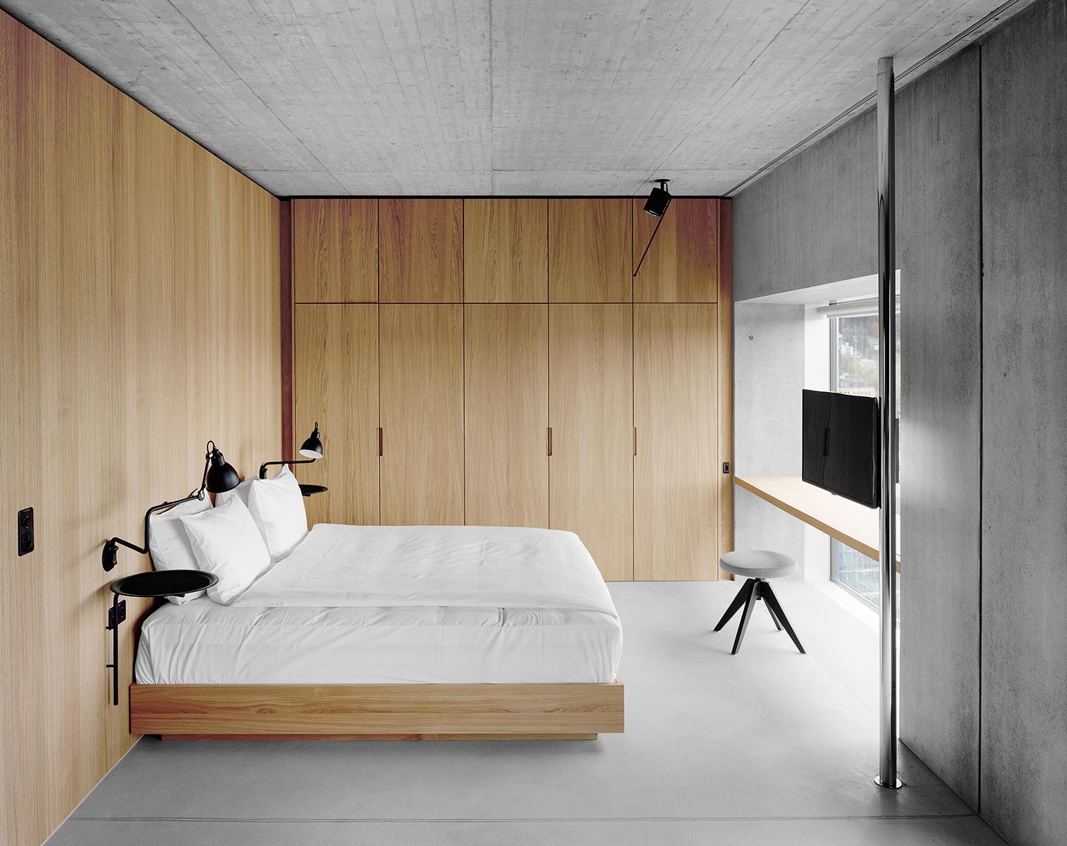 Phòng ngủ có tủ âm tường 17