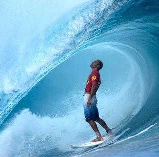 Foto de adulto surfeando bajo las olas