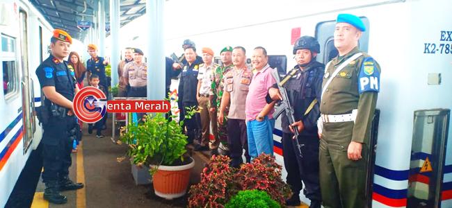 Lakukan Pengamanan Arus Balik, Personil Gabungan TNI/Polri Siaga di Stasiun KA Kotabumi