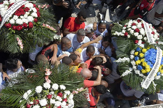 Corpo de goleiro morto em incêndio é sepultado ao som do Hino do Flamengo