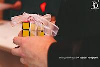 casamento geek em porto alegre para um casal moderno e descolado com cerimônia espírita conduzida pelo pai do noivo cerimônia e recepção no salão do bosque do ipanema sports em porto alegre com decoração moderna em rosa pink e laranja por fernanda dutra eventos cerimonialista em porto alegre wedding planner em portugal especializada em casamento para brasileiros na europa alianças no cubo mágico