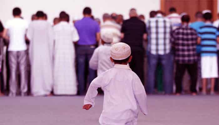 Anak bermain di masjid