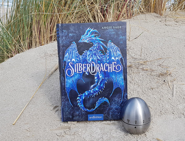 """(Werbung) """"Silberdrache"""": Eine fesselnde Drachenfantasy-Saga und ein Silberstreif Hoffnung. Ich stelle Euch auf Küstenkidsunterwegs das spannende Jugendbuch von Angie Sage vor, eine packende Drachengeschichte für Jugendliche und Erwachsene."""