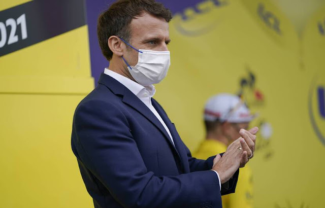 Emmanuel Macron denounced during his visit to the 18th stage of the Tour de France in the Hautes-Pyrénées, the political cynicism of some who speak of dictatorship after the measures on the extension of the health pass. — Daniel Cole/AP/SIPA