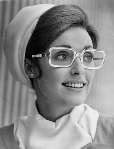 Comme nous le montre ses gracieuses lunettes, Sharon Tate n était pas  qu une jeune femme à la plastique irréprochable mais une comédienne prête à  endosser ... d3ce82af7558