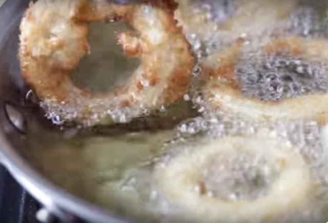 , луковые кольца в кляре рецепт с фото, из чего делают луковые кольца, что самое вкусное в луковых кольцах, луковые кольца во фритюре, луковые кольца в кляре рецепт с фото, как обжарить лук, как приготовить луковые кольца дома, луковые кольца как в бургер кинг рецепт, вкусный лук рецепт, как поджарить лук, луковые кольца в домашних условиях рецепт, самые вкусные луковые кольца, как приготовить луковые кольца рецепт с фото, блюда из лука, закуски из лука, еда из лука, чипсы из лука, как приготовить лук вкусно, что можно приготовить из лука, закуски из репчатого лука, http://handmade.parafraz.space/лук, овощи, рецепты кулинарные, советы кулинарные, фритюр, луковые кольца, блюда из лука, блюда во фритюре, закуски, луковые чипсы, рецепты луковых колец, овощи во фритюре, закуски к пиву, приготовление закусок, приготовление лука, рецепты луковые, еда, про лук, про еду, про закуски, рецепты с фото, рецепты луковых колец, кляр для лука, соус для луковых колец, приправа для луковых колец, Праздничный мир, как приготовить луковые кольца рецепты с фото, http://prazdnichnymir.ru/, Луковые кольца: секреты приготовления и рецепты,