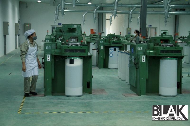 Sợi gai khô được đưa vào máy chải và kéo sợi