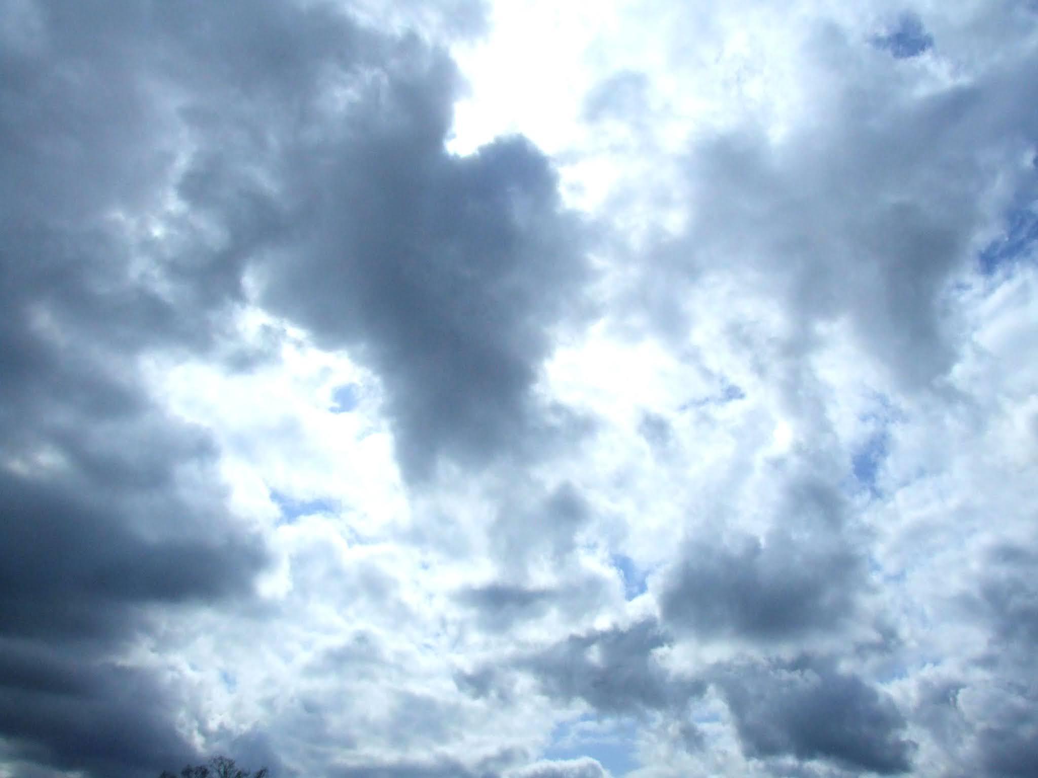 青い空と白い雲の写真素材です。差し込んでくる光が凄くキレイだと思います。