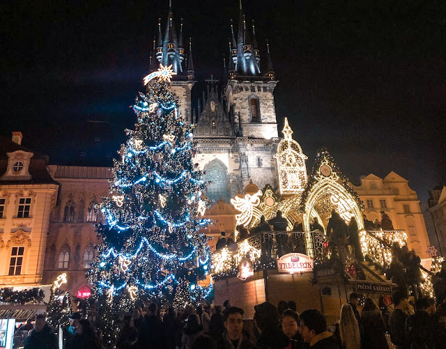 3 days in Prague at Christmas: Old town square at night