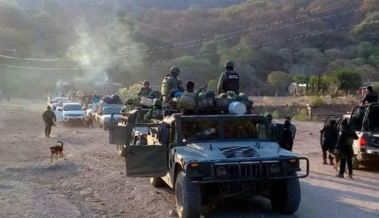 Huyen casi 100 personas por confrontaciones de grupos criminales en Guerrero