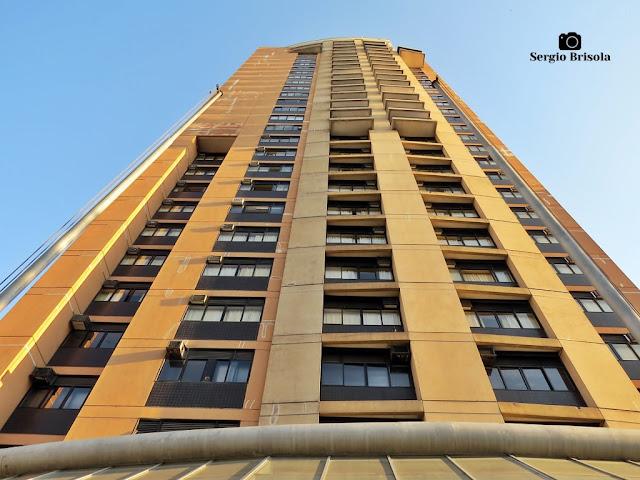 Perspectiva inferior da fachada do Hotel Travel Inn Ibirapuera - Vila Clementino - São Paulo