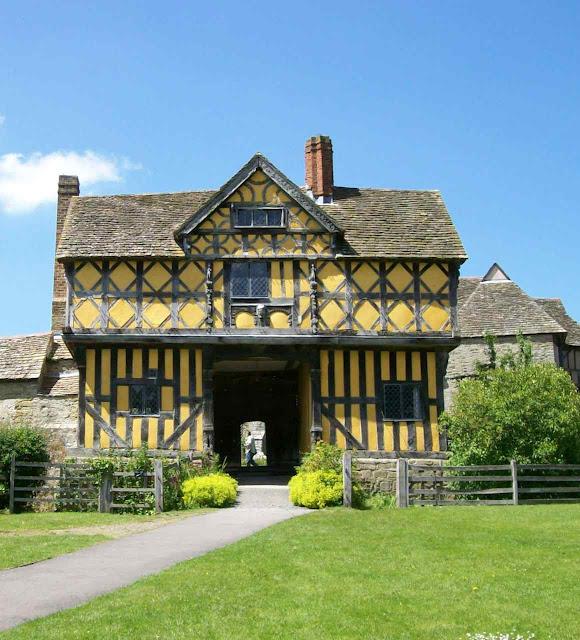 O direito de propriedade era muito participado pelos populares. E o nível deles era elevado pelo nível do senhor. Casa do porteiro do castelo de Stokesay.