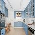 Cozinha estreita com estilo provençal azul clara e metais cobres!