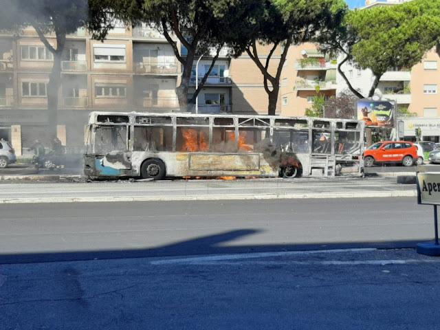 Un altro bus Atac alla brace