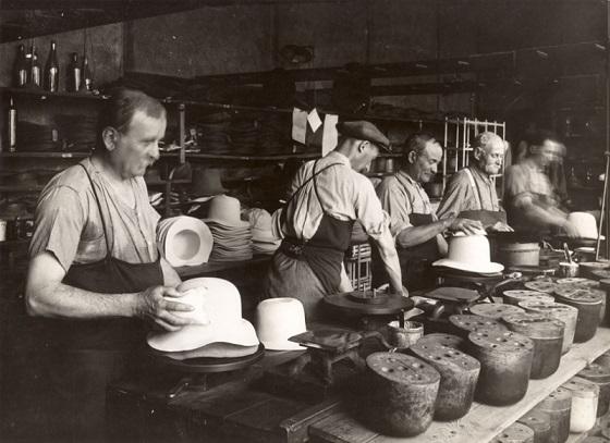 Un atelier de fabrication de chapeaux