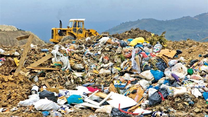 Ο Δήμος Αλεξανδρούπολης ρίχνει απορρίμματα σε παράνομο σκουπιδότοπο στο ανενεργό λατομείο της Μάκρης