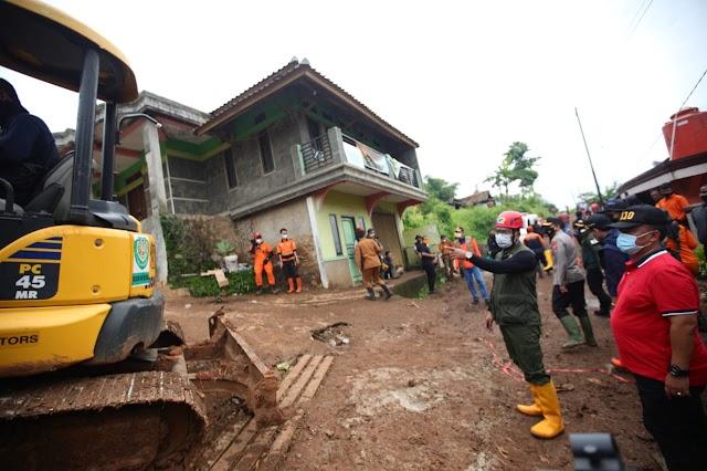 Waspada Longsor Susulan, Gubernur Jabar Tinjau Lokasi Tanah Longsor di Sumedang