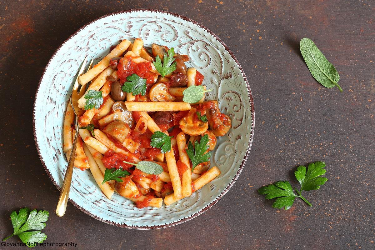 Pasta con sugo di funghi, pomodori e parmigiano