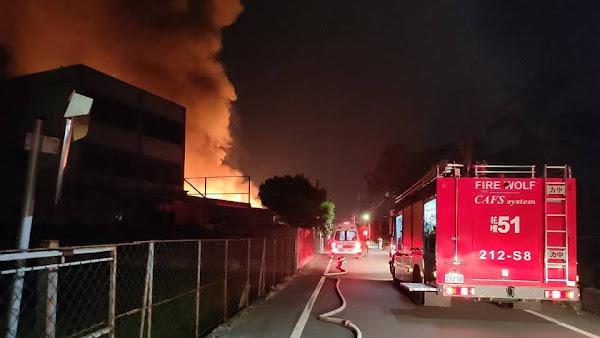 彰化大村鄉美港路工廠火警 大火吞噬工廠烈焰照亮夜空
