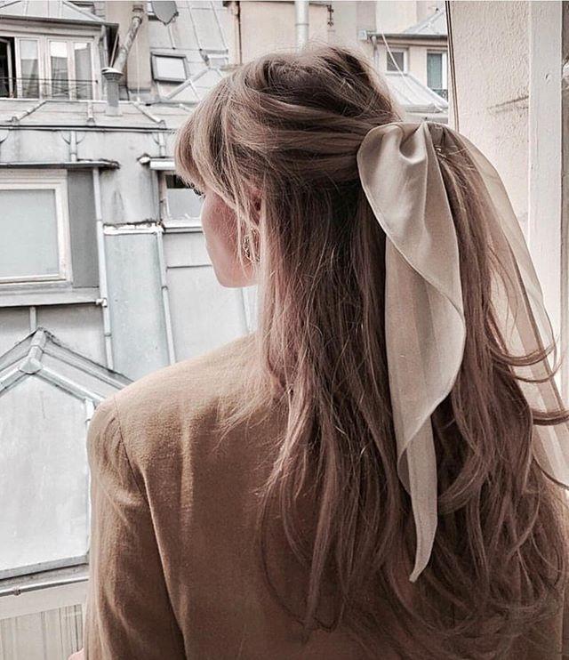 lenço branco no cabelo meio preso