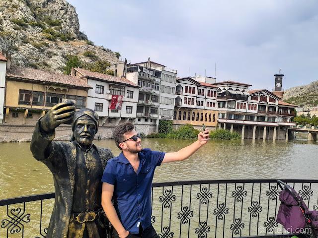 Harun İstenci Amasya'da selfie (özçekim) çeken şehzade ile selfie çekiniyor...