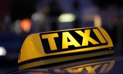 """Επιδότηση ύψους 20.000 ευρώ δίνεται σε κάθε ιδιοκτήτη ταξί για να αντικαταστήσει το παλιό, ρυπογόνο αυτοκίνητό του, με ένα καινούριο, πλήρως ηλεκτρικό, όπως γνωστοποίησε ο υπουργός Περιβάλλοντος και Ενέργειας Κώστας Σκρέκας μιλώντας στο ραδιόφωνο του ΣΚΑΙ. Επιπλέον δίνεται το ποσό των """"2.500 ευρώ για απόσυρση του παλιού αυτοκινήτου, 22.500 ευρώ για να το στηρίξουμε. Έχουμε ήδη κατανείμει 40 εκατομμύρια ευρώ από το Ταμείο Ανάκαμψης για τα 2.000 πρώτα ταξί"""", συμπλήρωσε."""