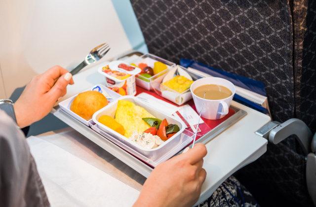 5 Tips Memilih Menu Makanan Enak saat di Pesawat