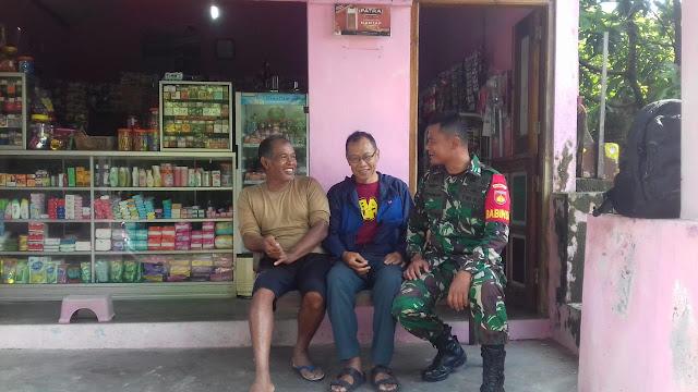 Waspada Banjir dan Longsor, Babinsa Kuncen Dor to Dor Temui Warga