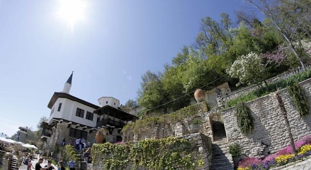 Туристи от Япония, Китай и Корея посещават уникалния дворец в Балчик