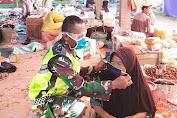 Kpt Inf Agussari Pasangkan Masker Pada Pengunjung dan Pedagang di Pasar Teluk Kayu Putih