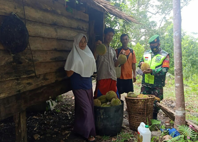 Babinsa Rapius Lakukan Komsos Bersama Warga Desa Ceruk