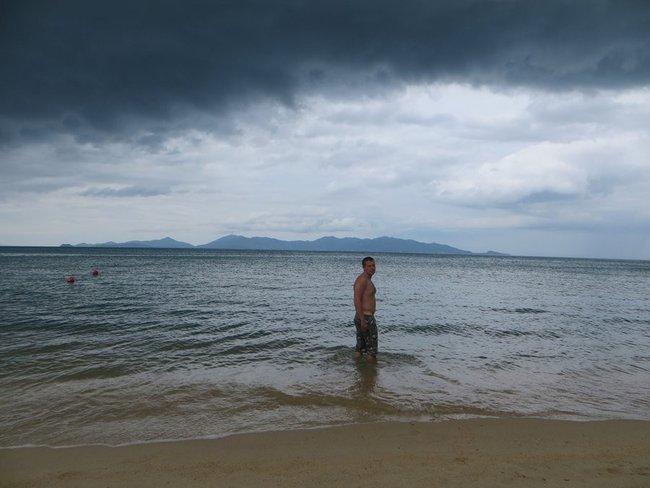 Купание в море во время дождя