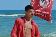 Eduardo Andrade mostra o corpo sarado na praia da Barra da Tijuca