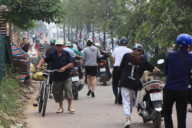Lạ lùng cảnh hàng trăm người dắt xe máy ngược chiều đối phó CSGT ở Hà Nội 7