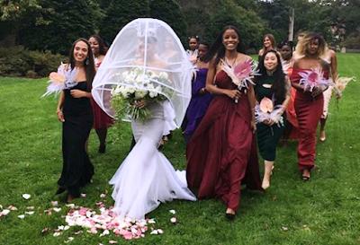 Noiva se casa com véu 'guarda-chuva'