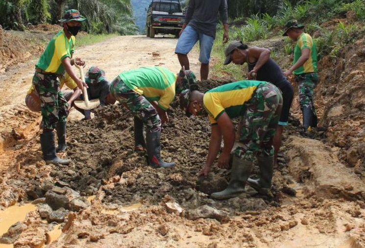 Satgas Yonarhanud 16 Kostrad Perbaiki Jalan di Sei Manggaris