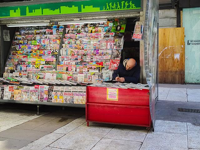 Kiosco de diarios y revistas en la calle Florida,Buenos Aires.