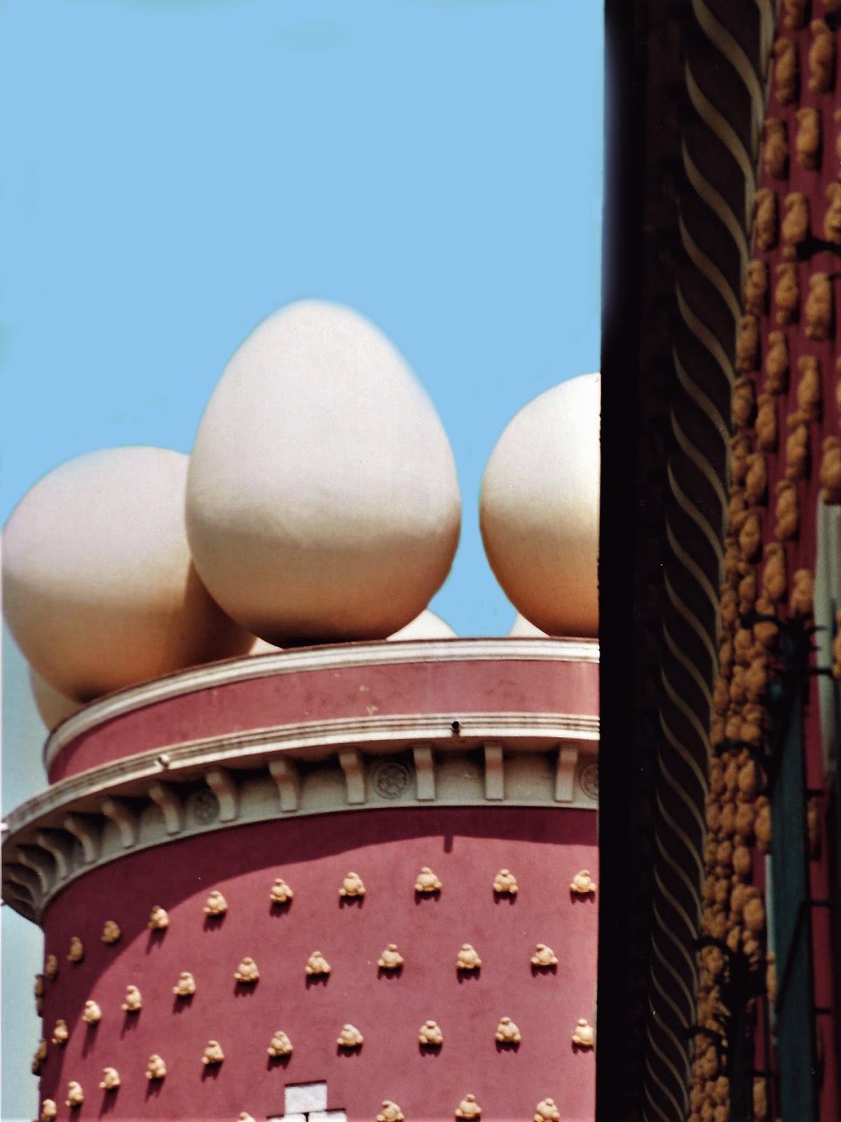 Pane e uova decorano il Teatro-Museo