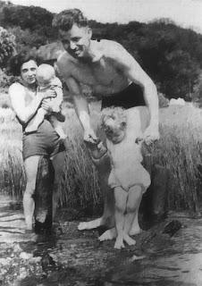 August Landmesser junto a Irma Eckler y sus hijas