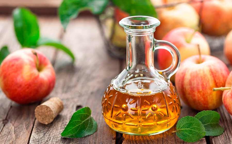 Apesar de seu cheiro forte e sabor intenso, o vinagre de maçã é popular entre os entusiastas de alimentos saudáveis, porque é um superalimento que oferece muitos benefícios