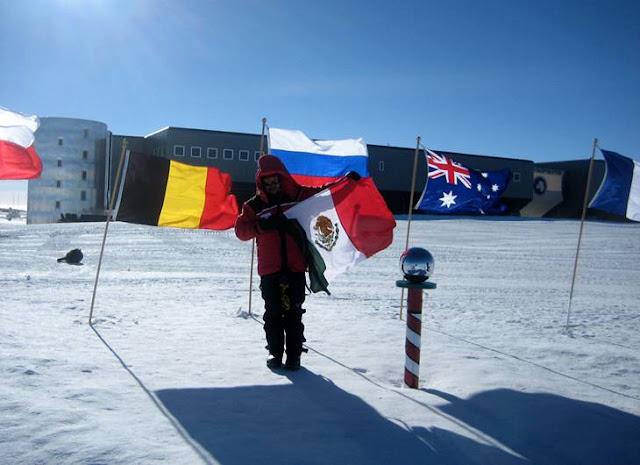 Bandeiras e globo de metal supostamente na Antártida