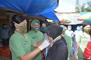 Lindungi Warga Pasar,Dharma Pertiwi Koorcab Sultra Bagikan Masker Batik