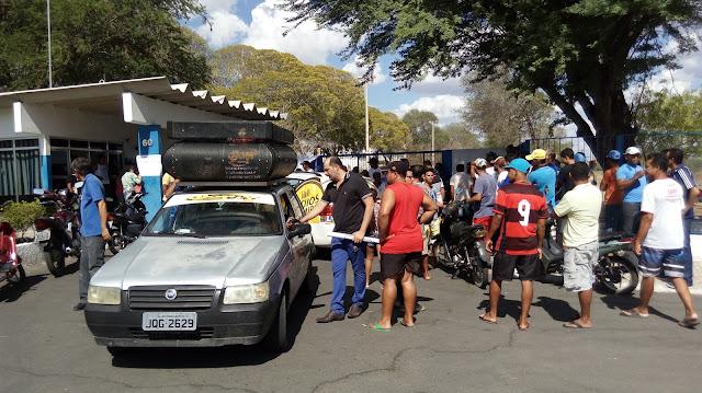 Em Delmiro Gouveia, funcionários, ex-funcionários da Fábrica da Pedra realizam manifestação contra fechamento da fábrica