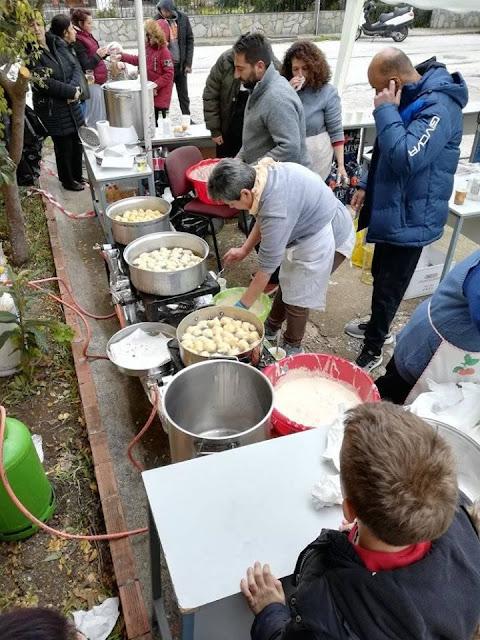 Θεσπρωτία: Πολλά άτομα απόλαυσαν δωρεάν ζεστούς λουκουμάδες στη Νέα Σελεύκεια