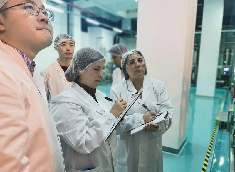 Química del ISP cuenta las peripecias de su viaje a conocer la vacuna china